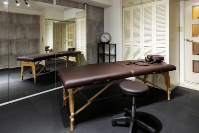 施術用ベッドと椅子 - SKYレンタルフットネスジムの設備の写真
