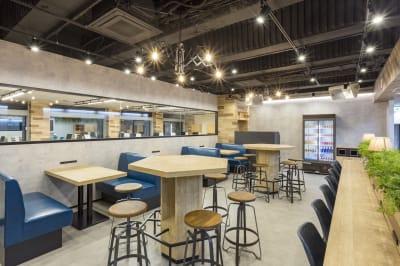 ゆっくりとくつろげる、まるでカフェのようなスペース。イベントも開催可能。 34名着席可能。 - 渡辺コーポレーションビル 貸しオフィスの室内の写真