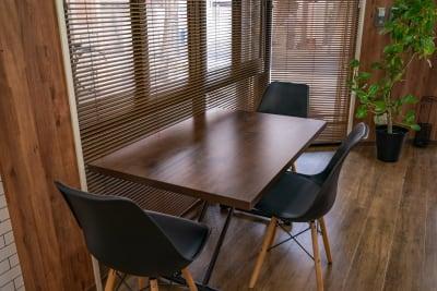 レンタルスペース ミナテラス 会議から物販も可能なスペースの室内の写真