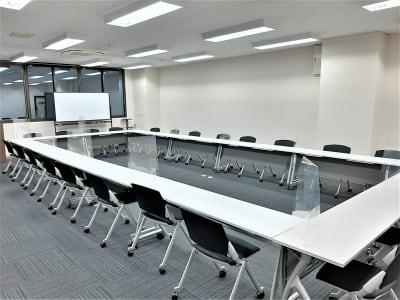 ロの字 最大配置 デスクw1800×12台 - エキマエ会議室 貸し会議室、セミナー会場の室内の写真