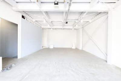 天井高3.8mの白いシンプルな空間。 - スタジオヒュッテ N4スタジオの室内の写真