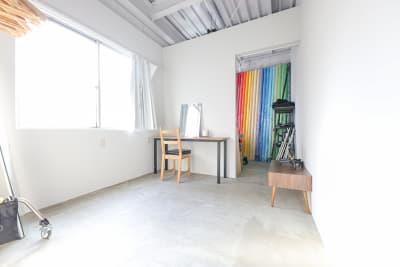 メイクルーム&機材置場。背景紙は30色以上あります。 - スタジオヒュッテ N4スタジオの室内の写真