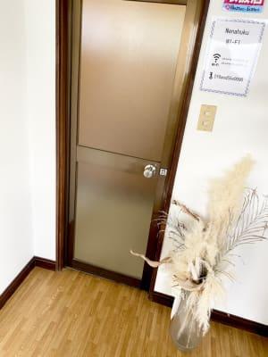 貸し切り部屋の入口(土足です) - Nanahukuレンタルルーム ママ会/パーティー/女子会の入口の写真