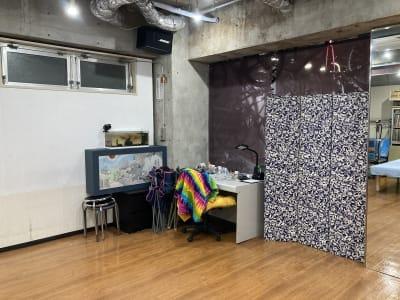 デスクと半個室をつくるパーティションです。 - レンタルフリースペース 多目的レンタルスペースの室内の写真