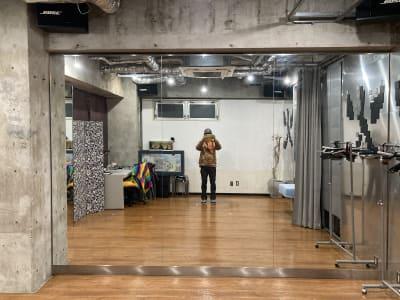メインの鏡。横一列で7人、踊ると3人までくらいは映し出されます。 - レンタルフリースペース 多目的レンタルスペースの室内の写真