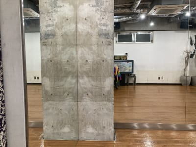 コンクリート打ちっぱなしの内装です。 - レンタルフリースペース 多目的レンタルスペースの室内の写真