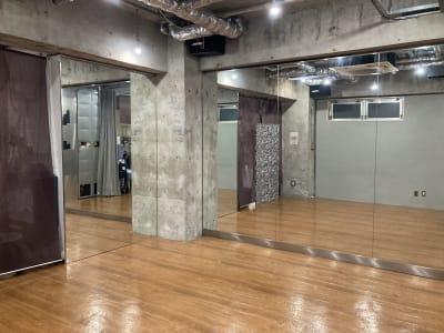 メインの鏡とサブの鏡が90度のアングル設置直交して姿見ができます。自分の横の姿が見られます。 - レンタルフリースペース 多目的レンタルスペースの室内の写真