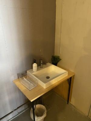 トイレ横の手洗い器 - decoroom住吉 多目的スペースの室内の写真
