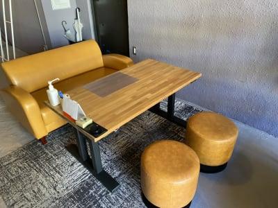 二人掛けソファとスツール - decoroom住吉 多目的スペースの室内の写真