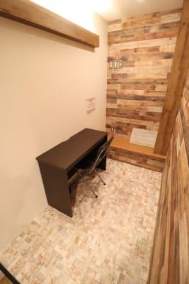 PC等での作業ができます。 - THE NEXT DOOR レンタルブースA1の室内の写真