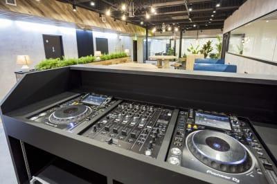 カフェスペースには本格的DJブースを装備。 - 渡辺コーポレーションビル 貸しオフィスの設備の写真