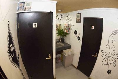 お手洗いは男女1つずつ(合計2つ)あります。 - レンタルスペースWAAAPS ダンスレッスン&音楽活動に最適の室内の写真