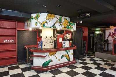 受付&バーカウンターもあります。 - レンタルスペースWAAAPS ダンスレッスン&音楽活動に最適の室内の写真