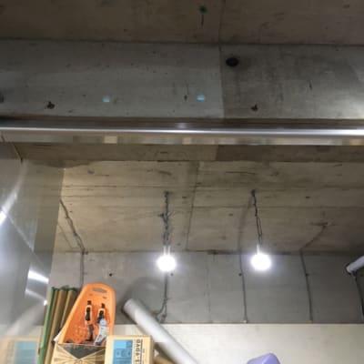 画面上のコンサートの梁の分天井を打ち抜き広々した空間となっております。 - レンタルフリースペース 多目的レンタルスペースの室内の写真