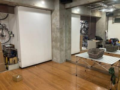 クッションフロアのワックスは公共体育館と同等レベルのワックスがかかっています。コンクリ柱の左の白い壁をリノベして鏡面にしてあります。柱の右のメイン鏡面とは90度のアングル設置です。 - レンタルフリースペース 多目的レンタルスペースの室内の写真