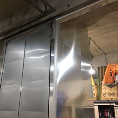 アルミ扉で出来た大きな規格以上の高さを持つトイレドア。 - レンタルフリースペース 多目的レンタルスペースの室内の写真
