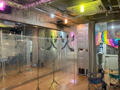 鏡の一面とトイレ入口、キッチンルームへの通路、貸出椅子が映ってます。ソーシャルカーテンは設備していません。 - レンタルフリースペース 多目的レンタルスペースの室内の写真