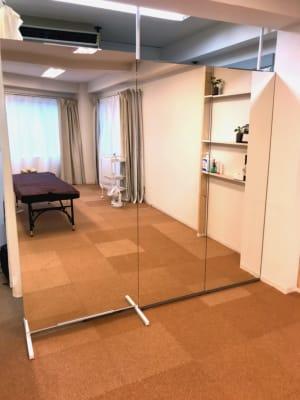 幅200cmの大きな鏡です - レンタルサロン GREEN ROOMの室内の写真