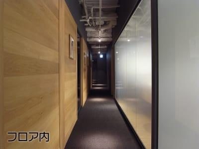 施設内はシックで落ち着いた内装で、ご利用の方々からも好評です。 - EXスタジオ麹町 動画配信・撮影スタジオ Aの室内の写真