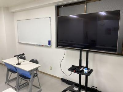 55インチのモニター無料使用 - 日本医療通訳センター株式会社 池袋徒歩圏内25人収容可能会議室の室内の写真