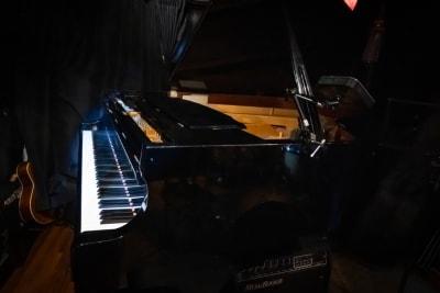 カワイのグランドピアノ - ライブスペース中野ピグノウズ ライブ・鑑賞会・動画撮影の室内の写真