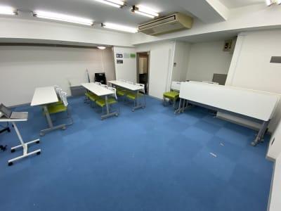 テーブルは女性でも一人で畳める楽々スイッチなので、ここでダンスや演劇の練習も可能です!(今後全面ミラー設置予定♫) - ブルースペース上野御徒町 貸し会議室の室内の写真