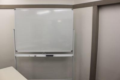 1200×900mm 高級ホーロー型ホワイトボード 消えやすいです! - ブルースペース上野御徒町 貸し会議室の設備の写真