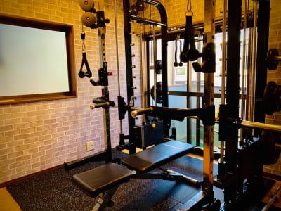 ・スミスラック  ・ハイロープーリー  ・20kgオリンピックバー ・10kgEZバー   - シュシュBox Gym中原店の室内の写真