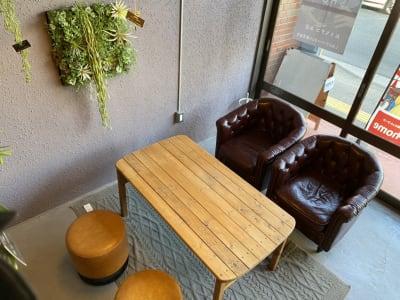 一人掛けソファ2台、スツール - decoroom住吉 多目的スペースの室内の写真