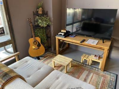 50型テレビ、ギター、プレーステーション4、テレビゲーム - decoroom住吉 多目的スペースの室内の写真