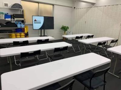 机、モニターを使用して会議や勉強会などとしても利用できます。 - スピッツェンパフォーマンス レンタルスタジオ兼会議室の室内の写真