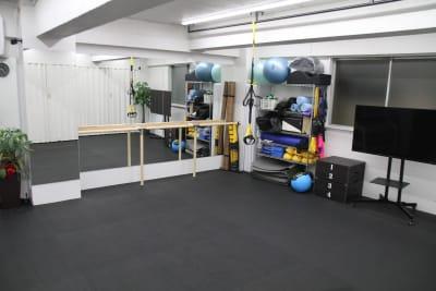 広いスペースを使い様々なことにご利用いただけます。 - スピッツェンパフォーマンス レンタルスタジオ兼会議室の室内の写真