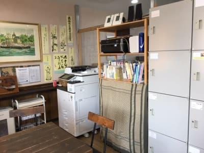 コピーやプリント、スキャン、FAXも格安でお使いいただけます。 - Somethin' ELSE フリースペース(共有スペース)の室内の写真