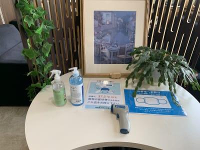 入り口には検温器と消毒をご用意しております。 - Somethin' ELSE フリースペース(共有スペース)の室内の写真