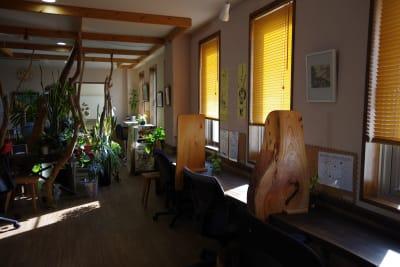 窓側共有スペース - Somethin' ELSE フリースペース(共有スペース)の室内の写真