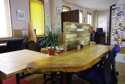 木の手作りテーブル - Somethin' ELSE フリースペース(共有スペース)の室内の写真