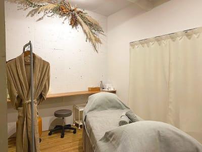 施術ルーム - レンタルサロンatto レンタルサロンatto心斎橋の室内の写真