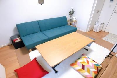 フローリングの上にコルクマットを敷きラグマットを敷いておりますので床に直接座って団らんもできます。 - ルームス ヒュッゲ 多目的スペースの室内の写真