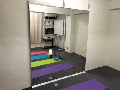 レッスン用鏡 - JK Room 虎ノ門 レッスンスタジオの室内の写真