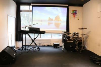 ステージ ※楽器は使用できません - Jesus' Call 福岡 ◆カフェ風多目的スペース◆の室内の写真
