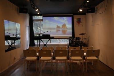 プロジェクターとスクリーン - Jesus' Call 福岡 ◆カフェ風多目的スペース◆の室内の写真