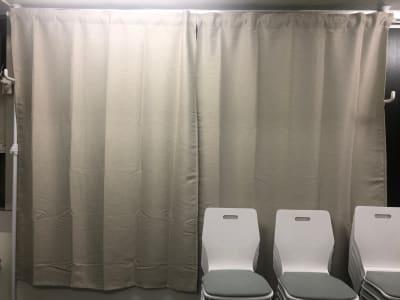 日中でもプロジェクターが使えるようにカーテンを設置しました! - JK Room 虎ノ門 撮影スタジオの室内の写真