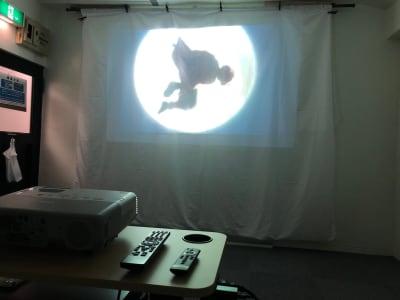 プロジェクタースクリーンと昇降式のテーブルを用意! - JK Room 虎ノ門 撮影スタジオの室内の写真