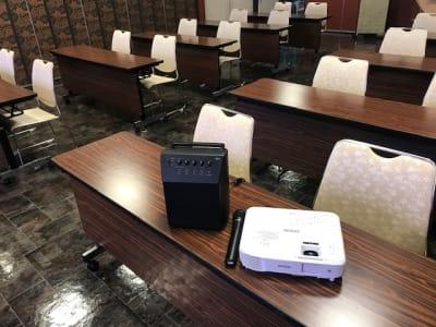 ワイヤレスマイク2本の他に別途移動式スピーカーマイクあり。プロジェクターとホワイトボードあり。 - 石原ビル レンタルスペース 貸し会議室の設備の写真