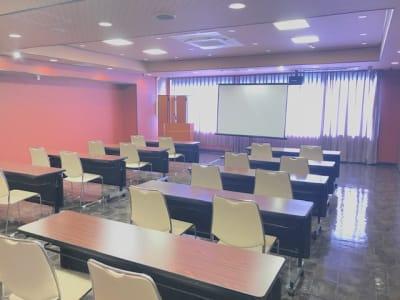 長テーブル11台 椅子は80脚あります。 - 石原ビル レンタルスペース 貸し会議室の室内の写真
