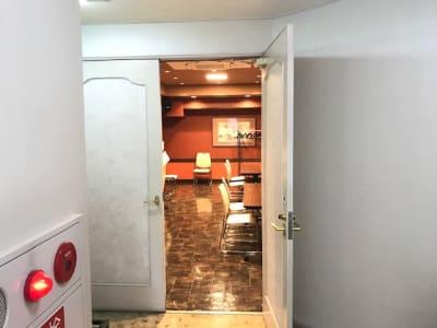 石原ビル レンタルスペース 貸し会議室の入口の写真