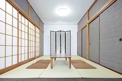 2階中会議室をロケ地としてもご利用が可能です。半面をこの様な畳で敷き詰める事が出来ます。 - 神楽坂レンタルスペース香音里 全館貸切の室内の写真
