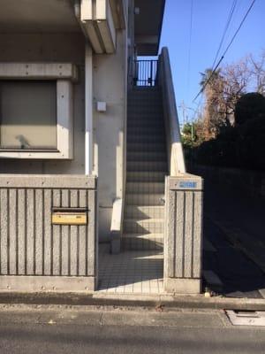 階段を上がって建物入口 - コモンハウス雪谷 205号室 レンタルスペースの入口の写真