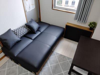 ソファの多機能性も魅力。下には収納もあります - QuvSpace【京橋】 駅から最も近い大人パーティルームの室内の写真