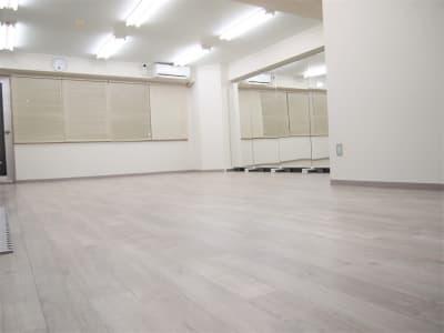 ーダンス・ヨガ・ウォーキング等のスペースー 玄関から見たフロア図です。 右奥に大型鏡が並んでいます。 窓が大きく、換気も◎ - レンタルスペースガション ダンス練習、運動、動画撮影に最適の室内の写真